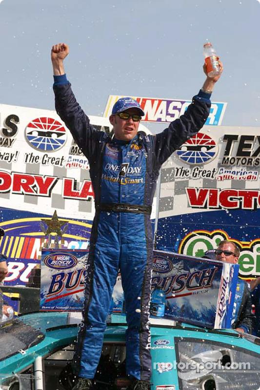Matt Kenseth fête sa victoire dans la Victory Lane