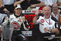 Celebran el podio Jenson Button y David Richards