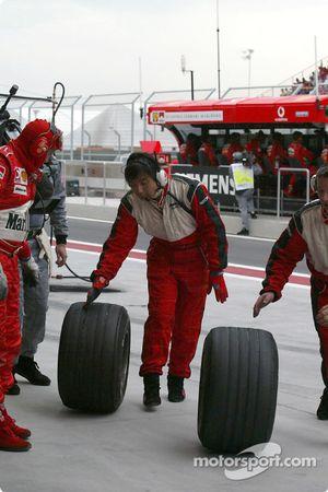 Ingeniero de Bridgestone revisa los neumáticos después de una parada en boxes