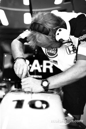 Un mécanicien BAR-Honda au travail