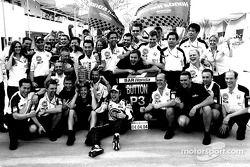 Jenson Button y los miembros del equipo BAR Honda celebran el podio