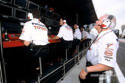 Ove Andersson sur le muret des stands Toyota