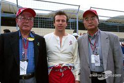 Olivier Panis avec Mr. Hiromu Okabe, vice-président de Denso et Mr Shoji Itoh, directeur général du marketing dans le Moyen-Orient de Panasonic
