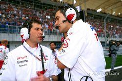 Remi Decorzent, l'ingénieur de course de Da Matta, parle à Dieter Gass, ingénieur de course en chef