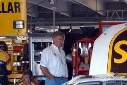 Glen Jarrett observe le travail sur la voiture de Dale