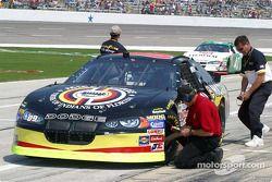 Des techniciens de Goodyear vérifient les températures de la voiture de Johnny Benson
