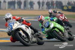 La Yamaha R1 n°67 du 3A Racing Team (Grég Boulanger, Magali Langlois, Nicolas Ezannic) et la Kawasaki ZX10 R n°11 de Kawasaki Fuchs (Pere Riba, Julien Da Costa, Frédéric Moreira)