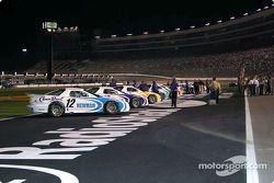 Les voitures sont prêtes sur la ligne