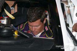 Scott Sharp s'installe dans la voiture