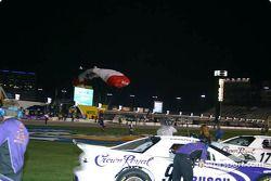 Des parachutistes atterrissent avant la course