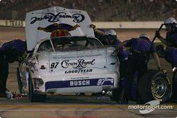 On travaille sur la voiture endommagée de Kurt Busch