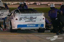 On travaille sur la voiture de Ryan Newman