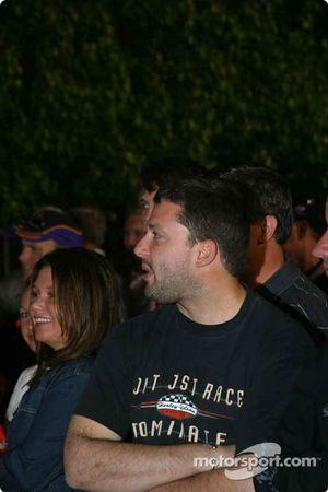 Tony Stewart observe dans la Victory Lane
