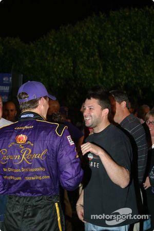 Tony Stewart et Kevin Harvick discutent dans la Victory Lane