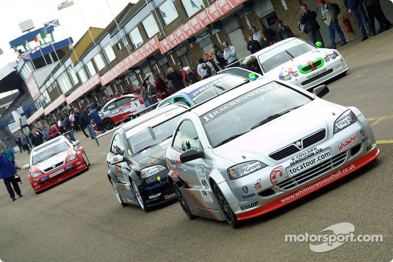 Cars queue in the pitlane