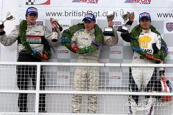 Le vainqueur Adam Carroll avec Nelson A. Piquet et James Rossiter sur le podium