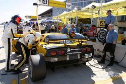 On s'entraine aux arrêts aux stands avec la Chevrolet Corvette C5-R n°4 du Corvette Racing (Oliver Gavin, Olivier Beretta, Jan Magnussen)