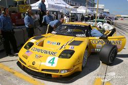 On s'entraine aux arrêts aux stands avec la Chevrolet Corvette C5-R n°4 du Corvette Racing (Oliver G