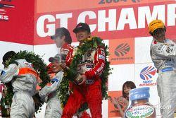 Les vainqueurs Tetsuya Tanaka et Atsushi Yogo sur le podium en GT300