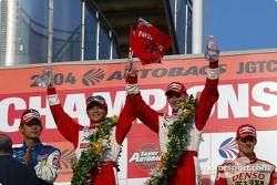 Les vainqueurs Satoshi Motoyama et Richard Lyons sur le podium en GT500