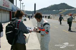 Kosuke Matsuura signe des autographes