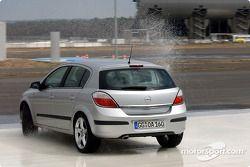 Timo Scheider testet einen Opel