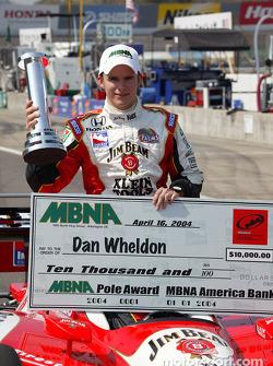 Dan Wheldon remporte le trophée MBNA Pole Award pour l'Indy Japan 300