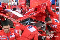 La voiture de Marcus Gronholm est de retour au parc d'assistance Marlboro Peugeot Total après son tonneau