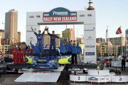 Petter Solberg et Phil Mills fêtent leur victoire