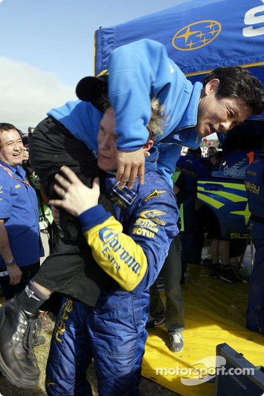 Petter Solberg fête sa victoire avec le président de Subaru Katsurada