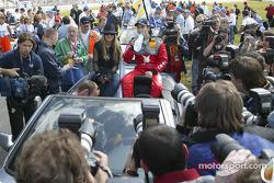 Fahrerparade: Heinz-Harald Frentzen mit Sängerin Jeanette Biederman