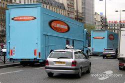 Les camions du Paul Belmondo Racing dans les rues de Paris