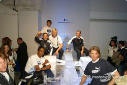 Des top models portent la collection Puma for BMW WilliamsF1 Team et Ralf Schumacher assis sur une voiture de glace