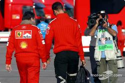 Jean Todt y Michael Schumacher llegan a la pista