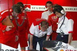 Ross Brawn et des ingénieurs de Bridgestone inspectent les pneus