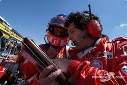 Rubens Barrichello y Gabriele delli Colli en la parrilla de salida