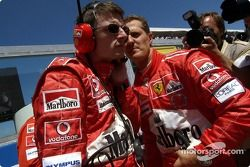 Michael Schumacher y Chris Dyer en la parrilla de salida