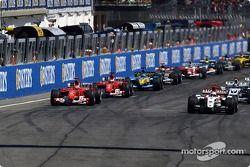 Inicio: Jenson Button toma la delantera sobre Michael Schumacher, Ferrari