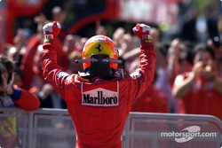 El ganador de la carrera Michael Schumacher, celebra