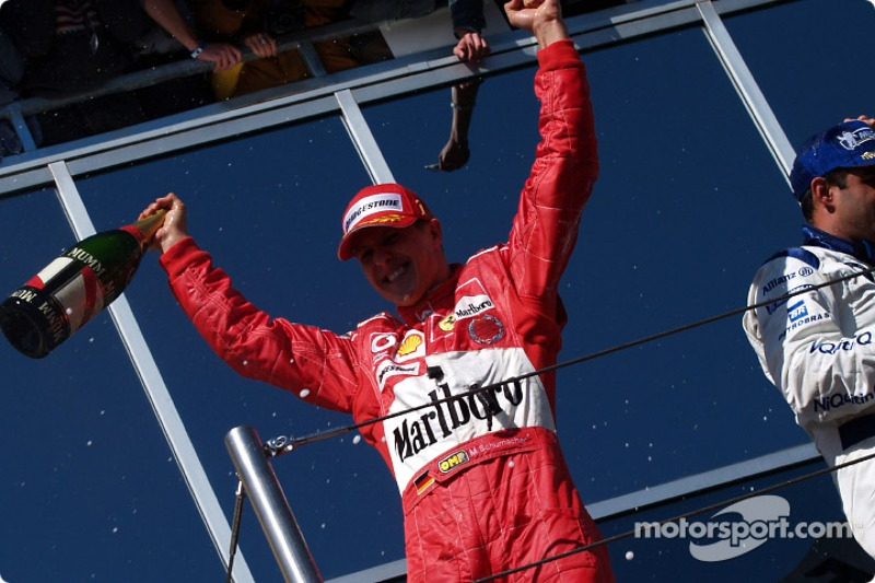 Podio: el ganador de la carrera Michael Schumacher, celebra