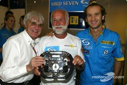 Renault F1 team dinner ve Jarno Trulli'in dad Enzo: Bernie Ecclestone, Enzo Trulli ve Jarno Trulli