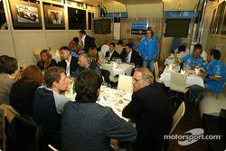 Renault F1 team dinner ve Jarno Trulli'in dad Enzo: Fernando Alonso arrives