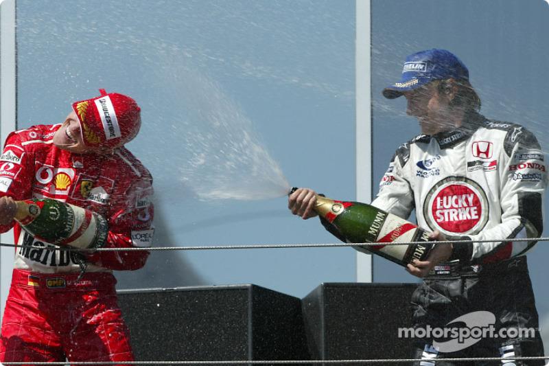 Podio: ganador Michael Schumacher y Jenson Button