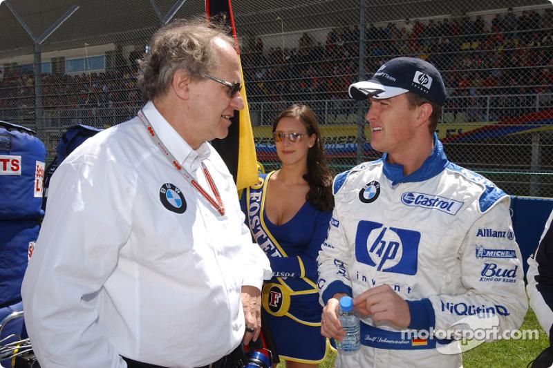 Miembro de la Junta de Desarrollo del Grupo BMW, el profesor Burkard Goeschel con Ralf Schumacher en la salida