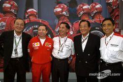 Jean Todt et des membres de l'équipe Bridgestone lors d'un évènement organisée par Bridgestone