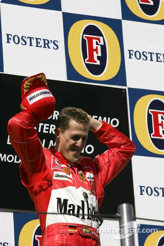 Podio: el ganador de la carrera Michael Schumacher