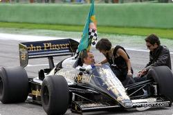 Gerhard Berger con la hermana de Ayrton Senna Viviane y su hijo Bruno