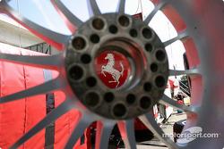 Le Cheval Cabré sur un volant Ferrari