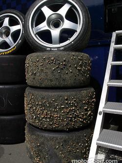 Des pierres sur les pneus