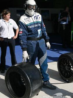 Un mécanicien de Pescarolo Sport se prépare à un arrêt aux stands